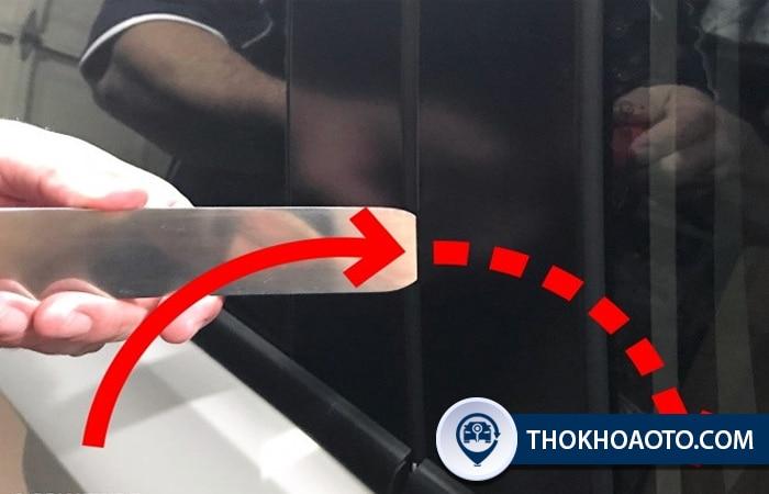 Mở cửa ô tô bằng thanh thép