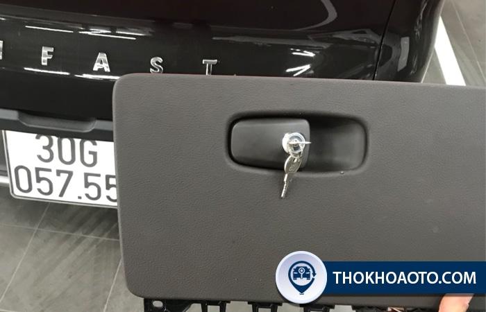 chế khóa cốp phụ ô tô