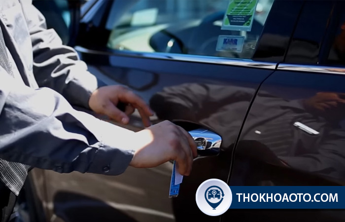 Cách khóa cửa xe ô tô